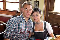 FUSSBALL 1. BUNDESLIGA   SAISON 2012/2013 Die Mannschaft des FC Bayern Muenchen besucht das Oktoberfest am 07.10.2012 Torwart Manuel Neuer  mit seiner Frau , Freundin Katrin