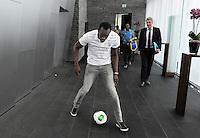Fussball International FIFA   28.08.2013 Der sechsmalige Olympiasieger und achtmalige Weltmeister Usain Bolt (Jamaika) mit Ball und WM Pokal