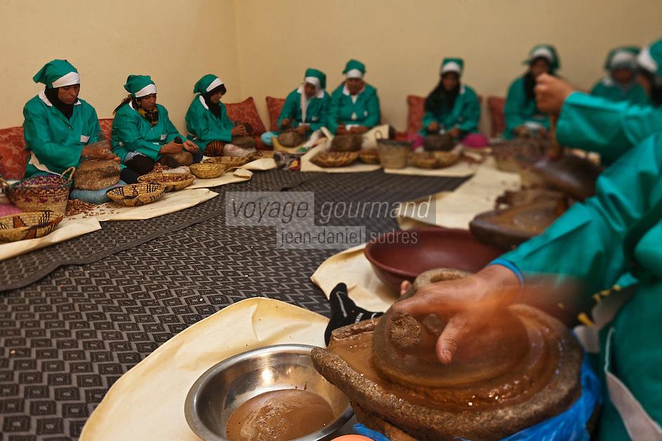 Afrique/Afrique du Nord/Maroc/Province d'Agadir/Tighanimine Elbaz: Fabrication artisanale de l'Huile d'Argan à la Coopérative féminine de Tighanimine Elbaz - Moulin à bras
