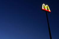 Het bord van de McDonalds.<br />