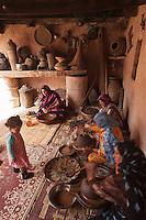 Afrique/Afrique du Nord/Maroc/Env d' Immouzer-Ida-Outanane: dans une ferme préparation artisanale de l'Huile d'argan