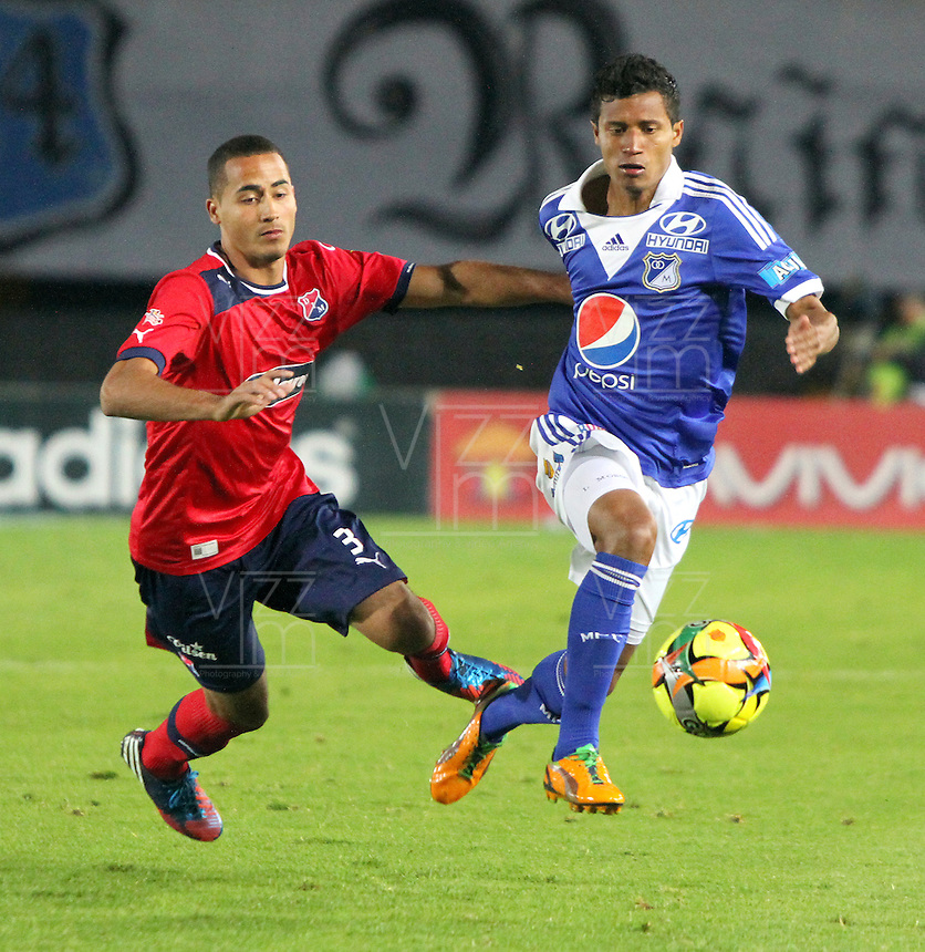 BOGOTA -COLOMBIA- 04-08-2013. Luis Mosquera de Millonarios  disputa el bal&oacute;n  contra Hern&aacute;n Pertuz del Independiente Medellin    ,  partido correspondiente a la Liga Postob&oacute;n segundo semestre disputado en el estadio Nemesio Camacho El Campin     / Millionaires Luis Mosquera  fights for the ball against Hern&aacute;n Pertuz Independiente Medellin, game in the second half Postob&oacute;n Liga match at the Estadio Nemesio Camacho El Campin<br />  . Photo: VizzorImage /Felipe Caicedo  / STAFF