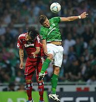 FUSSBALL   1. BUNDESLIGA   SAISON 2011/2012    5. SPIELTAG SV Werder Bremen - Hamburger SV                         10.09.2011 Paolo GUERRERO (li, Hamurg) gegen Sebastian PROEDL (re, Bremen)