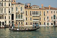 Gondole sur le Grand Canal. (Venise, Octobre 2006)