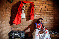 Dominga Joao Antonio (35) works as a witchdoctor since 2007 with Pambossane, the spirit of her dead father Joao Antonio. Her husband died from malaria and she raises her six children alone.