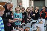 Foto: VidiPhoto<br /> <br /> ULFT - Zo'n 700 middelbare scholieren (eerste jaars) uit Nederland en Duitsland hebben donderdag deelgenomen aan het project Wijzer met IJzer in het Ketelhuis op het DRU-terrein in Ulft. Organisator was Mondra Opleidingen uit Andelst, die de jeugd wil laten zien dat techniek een mooi vak is. De leerlingen mochten een sleutelhanger maken, en dat gieten in vloeibaar brons.