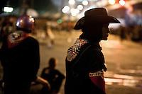 Sur la barricade, la nuit, dans l'attente.