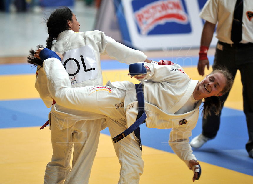 CALI – COLOMBIA – 29-07-2013: Madeline Choconta de Colombia y Kiraz Sahim de Turquia durante combate de Ju Jitsu durante los IX Juegos Mundiales Cali, julio 29 de 2013. (Foto: VizzorImage / Luis Ramirez / Staff). Madeline Choconta from Colombia and Kiraz Sahim from Turkey during a Ju Jitsu combat  in the IX World Games Cali, July 29, 2013. (Photo: VizzorImage / Luis Ramirez / Staff).