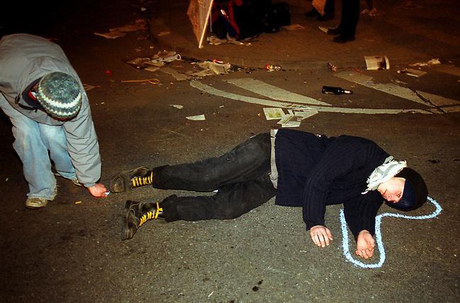 Protest gegen US-Krieg in Berlin.<br /> Mehrere Menschen demonstrierten am Donnerstag den 20. Maerz 2003 in Berlin gegen des US-Krieg gegen den Irak. <br /> Hier: Demonstranten zeichnen in den Abendstunden auf der Strasse vor der US-Botschaft den Umriss einer Leiche.<br /> 20.3.2003, Berlin<br /> Copyright: Christian-Ditsch.de<br /> [Inhaltsveraendernde Manipulation des Fotos nur nach ausdruecklicher Genehmigung des Fotografen. Vereinbarungen ueber Abtretung von Persoenlichkeitsrechten/Model Release der abgebildeten Person/Personen liegen nicht vor. NO MODEL RELEASE! Nur fuer Redaktionelle Zwecke. Don't publish without copyright Christian-Ditsch.de, Veroeffentlichung nur mit Fotografennennung, sowie gegen Honorar, MwSt. und Beleg. Konto: I N G - D i B a, IBAN DE58500105175400192269, BIC INGDDEFFXXX, Kontakt: post@christian-ditsch.de<br /> Bei der Bearbeitung der Dateiinformationen darf die Urheberkennzeichnung in den EXIF- und  IPTC-Daten nicht entfernt werden, diese sind in digitalen Medien nach &sect;95c UrhG rechtlich geschuetzt. Der Urhebervermerk wird gemaess &sect;13 UrhG verlangt.]