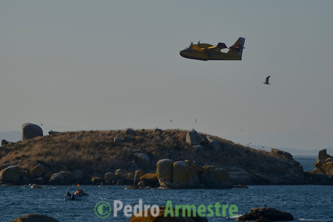 A plane is seen during  the wildfire in Riveira, near A Coruña on August 28, 2013.2013. © Pedro ARMESTRE