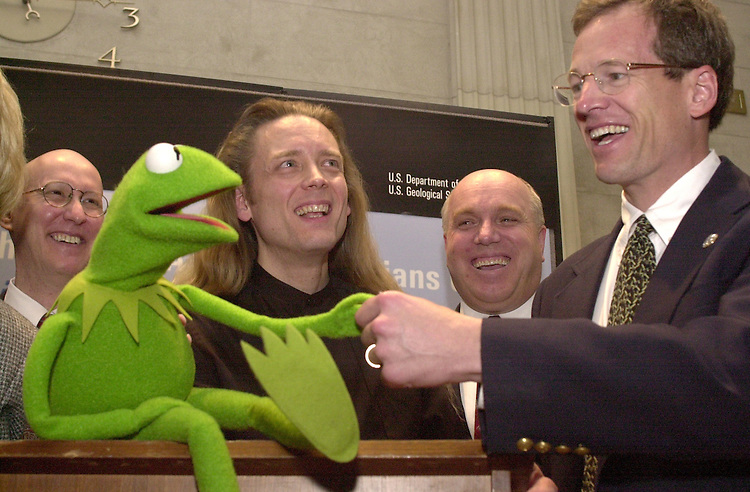 RC20000329-120-TW: March 28, 2000:  Rep. Kingston with Kermit the Frog and Steve Whitmire of the Jim Henson Company at a meeting discussing the decline of amphibians..   Tom Williams/Roll Call.