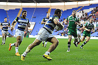 Alafoti Fa'osiliva of Bath Rugby runs in a try. Aviva Premiership match, between London Irish and Bath Rugby on November 7, 2015 at the Madejski Stadium in Reading, England. Photo by: Patrick Khachfe / Onside Images