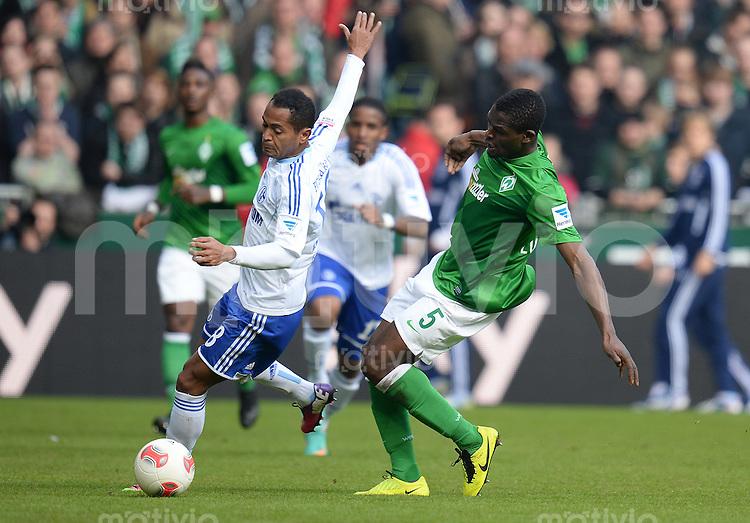 FUSSBALL   1. BUNDESLIGA   SAISON 2012/2013    28. SPIELTAG SV Werder Bremen - FC Schalke 04                          06.04.2013 Raffael (li, FC Schalke 04) enteilt Assani Lukimya (re, SV Werder Bremen)
