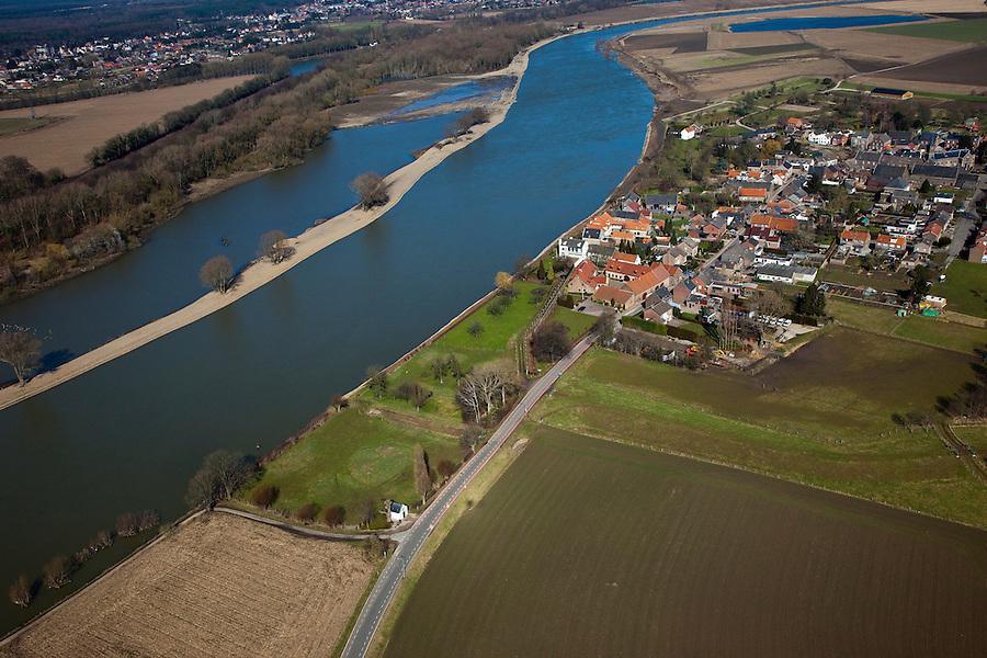 Nederland, Limburg, gemeente Maastricht, 07-03-2010; Itteren, kerkdorp aan de Maas die hier de grens met Belgie vormt (l). Sinds de overstromingen in de jaren '90 is het dorp rondom voorzien van dijken. In het kader van het Grensmaasproject worden de uiterwaarden (weerden) ten noorden van het dorp afgegraven en de stroomgeul van de Maas wordt verbreed.   .Itteren, the parish, the river Meuse who forms the border with Belgium (l). Since the floods in the 90s, dikes have been build around village. Under the Grensmaas (Border Meuse) projec, the Meuse floodplains (wards) north of the village will be excavated and the flow channel of the Meuse will be broadened..luchtfoto (toeslag), aerial photo (additional fee required).foto/photo Siebe Swart