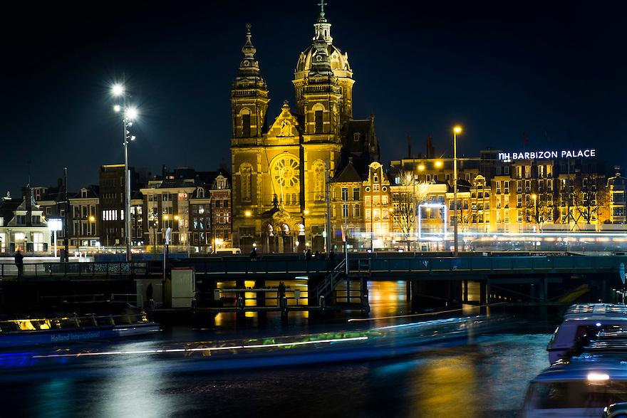 Nederland,  Amsterdam, 14 nov 2013<br /> Sint Nicolaaskerk tegenover het ns station Amsterdam. <br /> Basiliek van de heilige Nicolaas<br /> <br /> Foto: (c) Michiel Wijnbergh