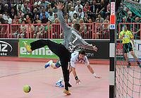 Handball 1. Bundesliga  2012/2013  in der Paul Horn Arena Tuebingen 15.09.2012 TV Neuhausen - Frisch Auf Goeppingen Momir Rnic (hinten, Frisch Auf) erzielte 10 Treffer, hier gegen Torwart Thomas Bauer (TV Neuhausen)