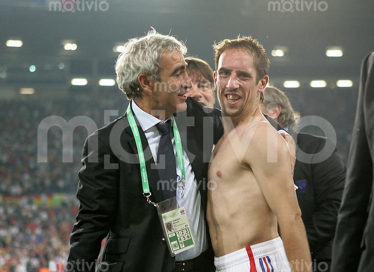 Fussball WM 2006  Achtefinale  Spiel 56 Spanien - Frankreich Spain - France  Trainer Raymond DOMENECH (l) umarmt den stolzen Torschuetzen Frank RIBERY (beide FRA) nach Spielende.
