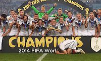 FUSSBALL WM 2014                       FINALE   Deutschland - Argentinien     13.07.2014 DEUTSCHLAND FEIERT DEN WM TITEL: Teamjubel mit Pokal und einen Thomas Mueller der sich in Sicherheit bringt