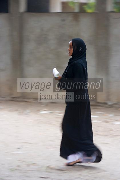 Afrique/Afrique de l'Est/Tanzanie/Zanzibar/Ile Unguja/env de Stone Town: femme voilée