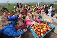 ALGEMEEN: TERHERNE: 02-04-2014, Kinderen van basisschool 't Kampke in Ternerne planten 20 iepen tussen het dorp en paviljoen het meer van lenten.<br /> &copy;foto Martin de Jong