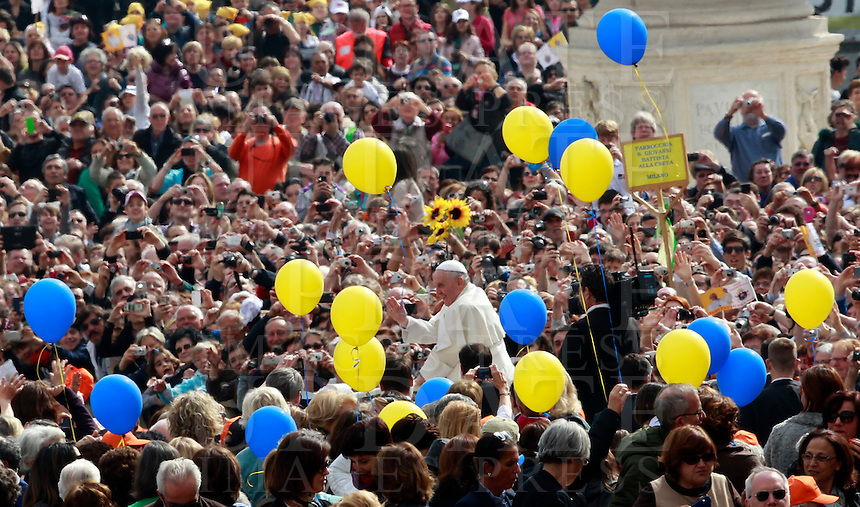 Papa Francesco tiene l'udienza generale del mercoledi' in Piazza San Pietro, Citta' del Vaticano, 19 marzo 2014.<br /> Pope Francis attends his weekly general audience in St. Peter's Square at the Vatican, 19 March 2014.<br /> UPDATE IMAGES PRESS/Isabella Bonotto<br /> <br /> STRICTLY ONLY FOR EDITORIAL USE