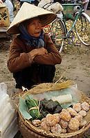 Asie/Vietnam/Hanoi: Marché de Nhu Quynh marchande de petits gateaux de riz gluant
