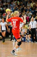 Denisa Glankovicova (TSV) wirft einen Siebenmeter