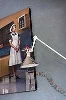 """Alors qu'elle vient d'inaugurer, avec son mari, sa propre boutique à Rennes et d'ouvrir une première franchise à Singapour, Pascale Nivet, créatrice de la marque de papeteries et accessoires """"La Marelle"""", nous ouvre en exclusivité les portes de sa maison pleine de couleurs et de fantaisie. -- photo originale d'Erwin Olaff."""