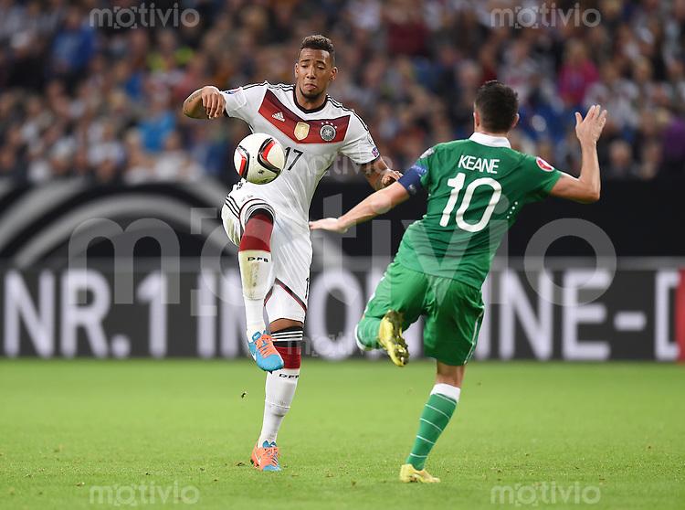 Fussball International EM 2016-Qualifikation  Gruppe D  in Gelsenkirchen 14.10.2014 Deutschland - Irland Jerome Boateng (Deutschland links) gegen Robbie Keane (Irland)
