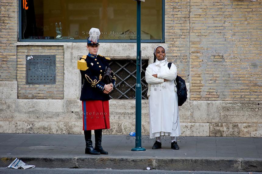 Roma 11 Novembre 2014<br /> In uniforme  alla  fermata dell'autobus a Corso Rinascimento<br /> Rome November 11, 2014<br /> In uniform at the bus stop at the Renaissance Course