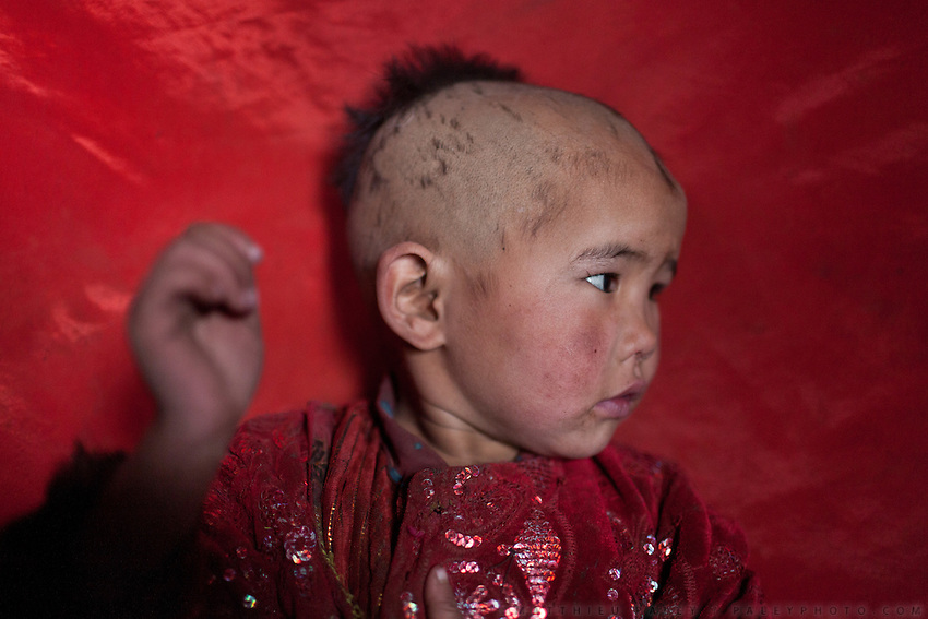 Bibi Zoora. Haircuts on young Kyrgyz girls. Sary Tash campement...Trekking with yak caravan through the Little Pamir where the Afghan Kyrgyz community live all year, on the borders of China, Tajikistan and Pakistan.