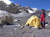 Jente ved telt i camp Berlin, Aconcagua. ---- Girl beside tent in camp Berlin, Aconcagua.