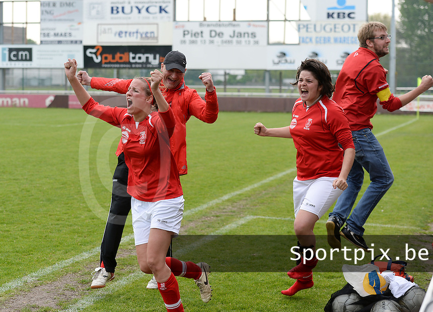 Finale Beker van West-Vlaanderen Dames : FC Menen United - KEG Gistel : vreugde bij Gistel met Sara Boncquet (links) , Salome Cailliau (rechts) en coach Rinchard (midden) <br /> foto VDB / BART VANDENBROUCKE