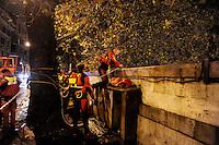 Roma 12 Dicembre 2008.Il fiume Tevere in piena per le piogge,l'intervento dei Vigili del Fuoco a Ponte Cavour.Rome 8 December 2008.The river Tiber in flood  for the rains, the intervention of firefighters