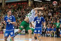 Drasko Mrvaljevic (FAG) wirft und zieht ab, links Christoph Schindler und rechts hinten Dennis Krause (beide VFL)