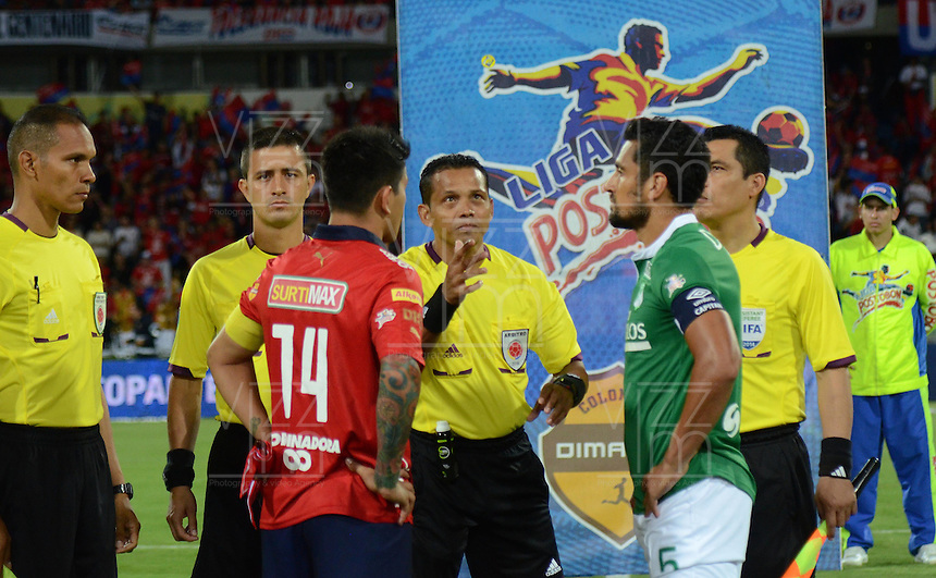 MEDELLÍN -COLOMBIA-15-11-2014. Juan Carlos Gamarra arbitro realiza el sorteo de campo con German Cano (Izq) capitan de Independiente Medellín y Andres Perez (Der) capitan de Deportivo Cali previo al partido por la fecha 1 de los cuadrangulares finales de la Liga Postobón II 2014 jugado en el estadio Atanasio Girardot de la ciudad de Medellín./ Juan Carlos Gamarra referee makes the draw field with German Cano (L) captain of Independiente Medellin and Andres Perez (R) captain of Deportivo Cali prior the match for the  first date of the final quardrangular of Postobon League II 2014 at Atanasio Girardot stadium in Medellin city. Photo: VizzorImage/Luis Ríos/STR
