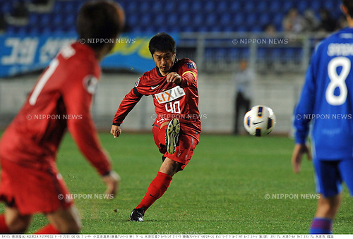 Mitsuo Ogasawara (Antlers), APRIL 6, 2011 - Football: AFC Champions League Group H match between Suwon Samsung Bluewings 1-1 Kashima Antlers at Suwon World Cup Stadium in Suwon, South Korea. (Photo by Takamoto Tokuhara/AFLO)
