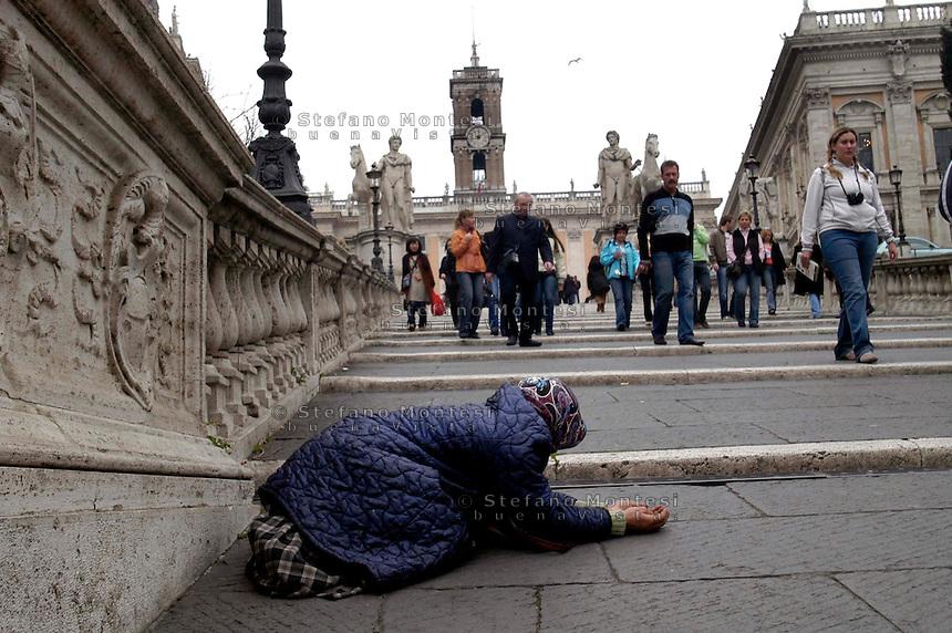 Roma 25 Febbraio 2008.Una donna Rom chiede l'elemosina sulle scale del Campidoglio.<br /> Rome, 25 February 2008 <br /> A Roma woman  asks for alms on stairway of Campidoglio