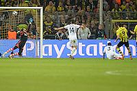 FUSSBALL  CHAMPIONS LEAGUE  HALBFINALE  HINSPIEL  2012/2013      Borussia Dortmund - Real Madrid              24.04.2013 Robert Lewandowski (re, Borussia Dortmund) erzielt das Tor zum 3:1. Torwart rmDiego Lopez, Xabi Alonso, Pepe (v.l., alle Real Madrid) sind duepiert