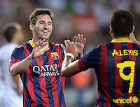 FUSSBALL  INTERNATIONAL   SAISON 2011/2012   02.08.2013 Gamper Cup 2013 FC Barcelona - FC Santos JUBEL Barca; Lionel Messi (li) klatscht Alexis Sanchez ab