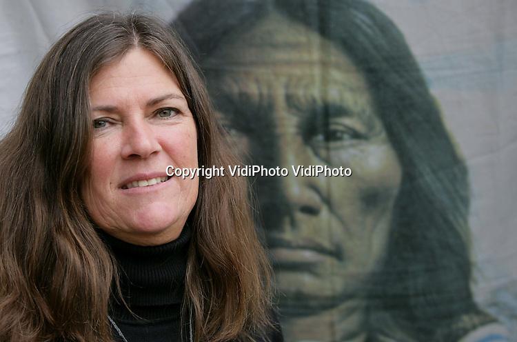 Foto: VidiPhoto..ARNHEM - Portret van Heleen Remijnse die een bijna-doodervaring heeft gehad. Rond die ervaring heeft ze verschillende schilderijen gemaakt.