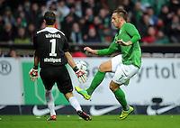 FUSSBALL   1. BUNDESLIGA   SAISON 2011/2012    14. SPIELTAG SV Werder Bremen - VfB Stuttgart       27.11.2011 Sven ULREICH (li, Stuttgart) rettet gegen Marko ARNAUTOVIC (re, Bremen)