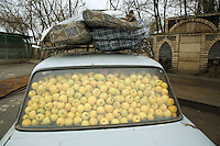 Azerbaijan. Shamakha Region. Shamakha. Lada car full of apples and luggages on the roof. © 2007 Didier Ruef