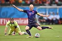 FUSSBALL WM 2014  VORRUNDE    Gruppe B     Spanien - Niederlande                13.06.2014 Arjen Robben (Niederlande) erzielt das Tor zum 1:5. Torwart Iker Casillas (li, Spanien) ist am Boden