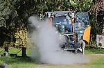 Foto: VidiPhoto<br /> <br /> AMSTERDAM - Personeel van de grootste begraafplaats van Nederland, De Nieuwe Ooster in Amsterdam, maakt woensdag voor het eerst gebruik van een gloednieuwe sensorgestuurde en milieuvriendelijke onkruidbeschrijdingsmachine. De kostbare en ultramoderne onkruidbestrijder moet de paden op 33 ha. grote begraafplaats (600.000 graven) de komende jaren onkruidvrij houden. De zogenoemde Wave-machine gebruikt 800 liter water, dat door de machine zelf verhit wordt. Sensoren geven aan waar onkruid staat en alleen daar wordt het plantje met wortel en tak uitgeroeid. Nu per 31 maart chemische bestrijding verboden is, is er een ware run ontstaan op dit soort machines.Leverancier Wave Weed Control uit Veenendaal kan de vraag nauwelijks aan. Afnemers zijn voornamelijk gemeenten, aannemers, hoveniers en verhuurbedrijven. Uit onderzoek blijkt dat bestrijding met heet water effectiever is dan met een brander en hete lucht. Zelfs boomkwekers gebruiken deze methode om algen van hun bomen te verwijderen.