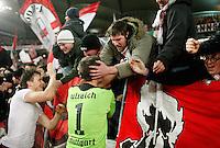 FUSSBALL   DFB POKAL   SAISON 2011/2012  ACHTELFINALE  21.12.2011 VfB Stuttgart - Hamburger SV Schlussjubel VfB Stuttgart;  VfB Fans in der Cannstatter Kurve feiern  Torwart Sven Ulreich (Mitte) und William Kvist (li)