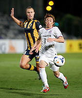 Japan's Sanfrecce Hiroshima Naoki Ishihara (R) and Central Coast Mariners Zac Anderson during their AFC Champions League match in Gosford, near Sydney, March 11, 2014. VIEWPRESS/Daniel Munoz EDITORIAL USE ONLY