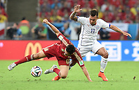 FUSSBALL WM 2014  VORRUNDE    Gruppe B     Spanien - Chile                           18.06.2014 Koke Resurreccion (li, Spanien) gegen Eduardo Vargas (re, Chile)