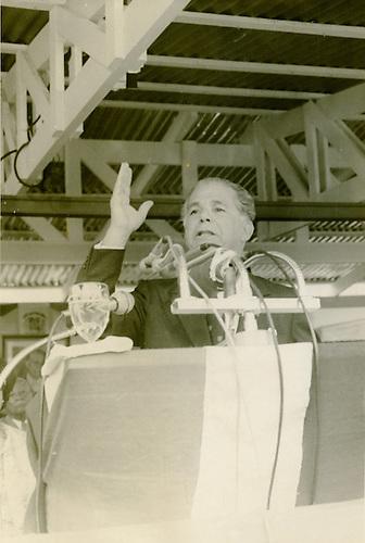 El Presidente Joaquín Balaguer en uno de los actos de inauguración de Escuelas, circa 1970 © AGN