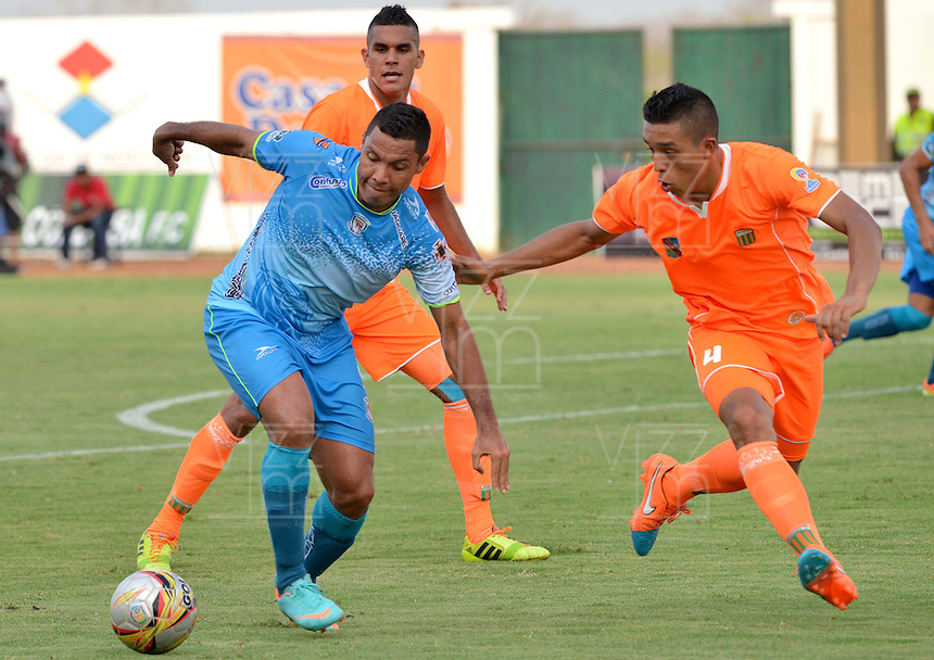 MONTERIA - COLOMBIA - 15-03-2015: Martin Arzuaga (Izq.) jugador de Jaguares FC disputa el balón con Carlos Londoño (Der.) jugador de Envigado FC, durante partido entre Jaguares FC y Envigado FC por la fecha 10 de la Liga Aguila I 2015, jugado en el estadio Municipal de Monteria. / Martin Arzuaga (L) player of Jaguares FC vies for the ball with Carlos Londoño (R) player of Envigado FC, during a match between Jaguares FC and Envigado FC for the  date 10 of the Liga Aguila I-2015 at the Municipal de Monteria Stadium in Monteria city, Photo: VizzorImage / Jose Perdomo / Cont.